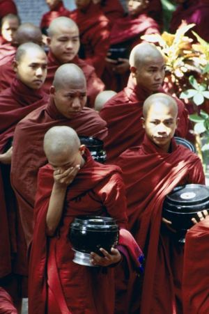 19- Monjes yendo a comer.jpg