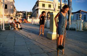 Niñas-con-zancos.-Cuba-2004.jpg