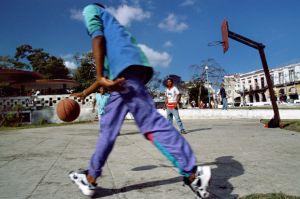 Niños-jugando-al-baloncesto.jpg