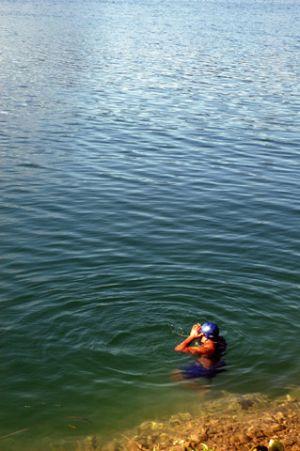 Nadador-en-lago.jpg