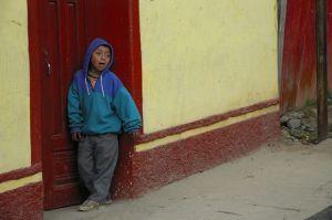 Niño-en-puerta-roja.jpg