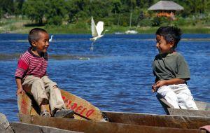 Niños-en-barcas.jpg