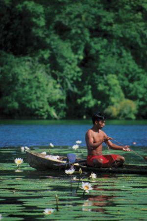 c54-Chico-pescando-con-nenúfare.jpg
